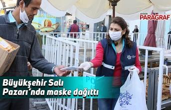 Büyükşehir Salı Pazarı'nda maske dağıttı