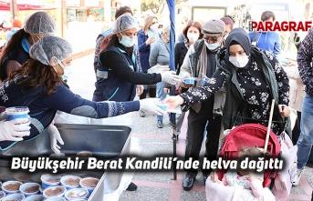 Büyükşehir Berat Kandili'nde vatandaşlara helva dağıttı