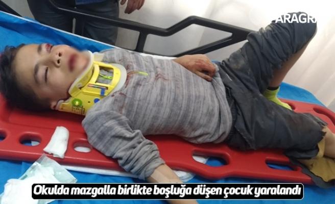 Okulda mazgalla birlikte boşluğa düşen çocuk yaralandı