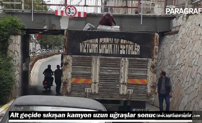Alt geçide sıkışan kamyon uzun uğraşlar sonucu kurtarıldı