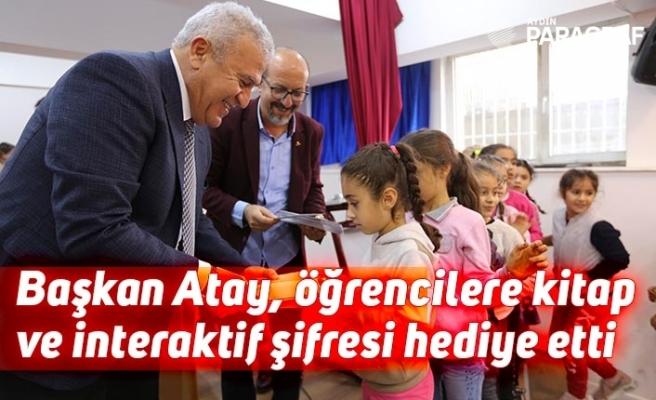 Başkan Atay, öğrencilere kitap ve interaktif şifresi hediye etti