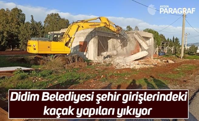 Didim Belediyesi şehir girişlerindeki kaçak yapıları yıkıyor
