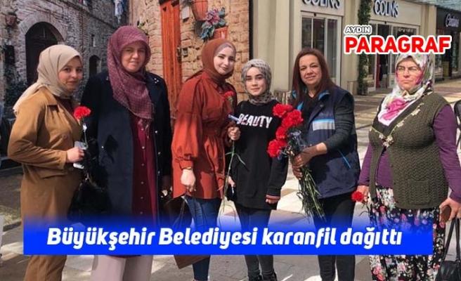 Büyükşehir Belediyesi karanfil dağıttı