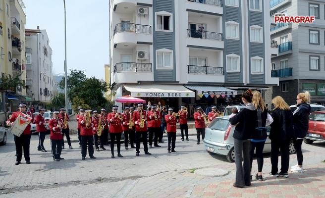 """Kuşadası Belediyesi'nden """"Evde Kal""""a Bandolu Destek"""