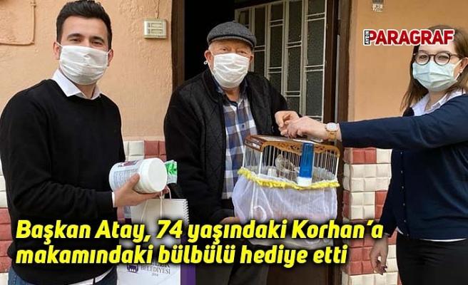 Başkan Atay, 74 yaşındaki Korhan'a makamındaki bülbülü hediye etti