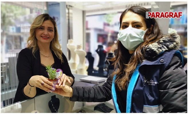 Büyükşehir Belediyesi Kadınlara Çiçekler Armağan Etti