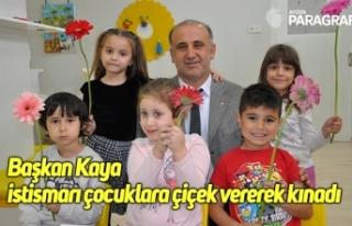 Başkan Kaya istismarı çocuklara çiçek vererek...