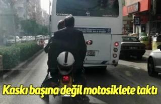 Kaskı başına değil motosiklete taktı