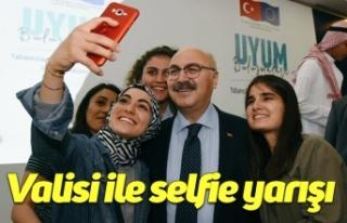 Valisi ile selfie yarışı
