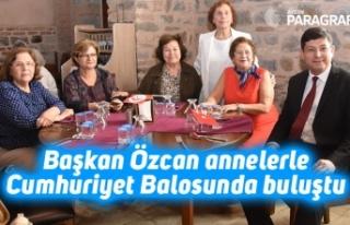 Başkan Özcan annelerle Cumhuriyet Balosunda buluştu