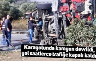 Karayolunda kamyon devrildi, yol saatlerce trafiğe...