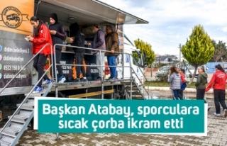 Başkan Atabay, sporculara sıcak çorba ikram etti