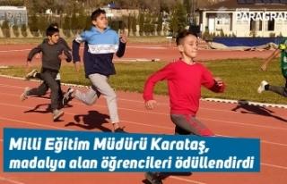 Milli Eğitim Müdürü Karataş, madalya alan öğrencileri...