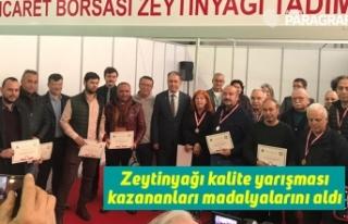 Zeytinyağı kalite yarışması kazananları madalyalarını...