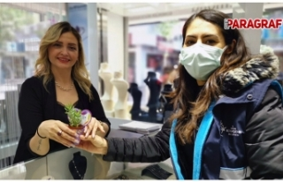 Büyükşehir Belediyesi Kadınlara Çiçekler Armağan...