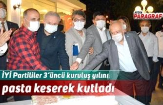 İYİ Partililer 3'üncü kuruluş yılını pasta keserek kutladı