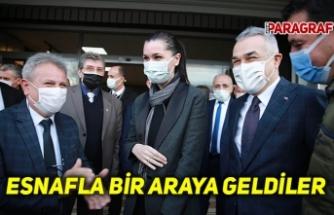 ESNAFLA BİR ARAYA GELDİLER